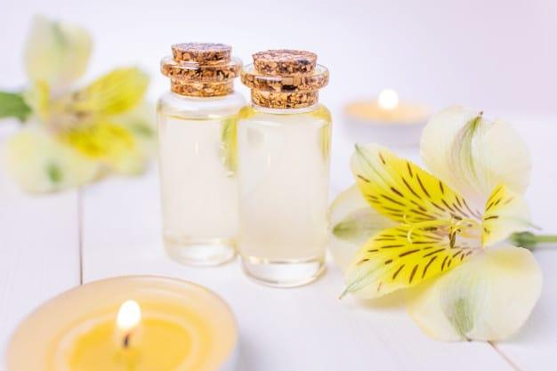 Botellas Aceite Esencial Floral Sobre Madera Blanca 97899 873