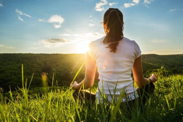 Chica Dedica Meditacion Sobre Naturaleza 114354 17
