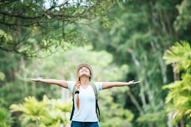 Mujer Feliz Joven Mochila Que Levanta Mano Goza Naturaleza 1150 4745