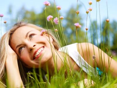 chica feliz vida sencilla
