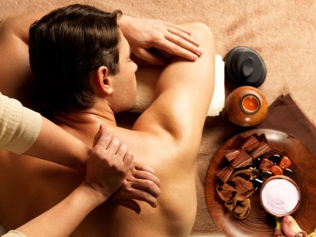 masajista haciendo masaje columna vertebral cuerpo hombre salon spa concepto tratamiento belleza 186202 4757