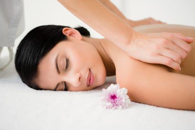 bonita morena disfrutando masaje flor 13339 146173