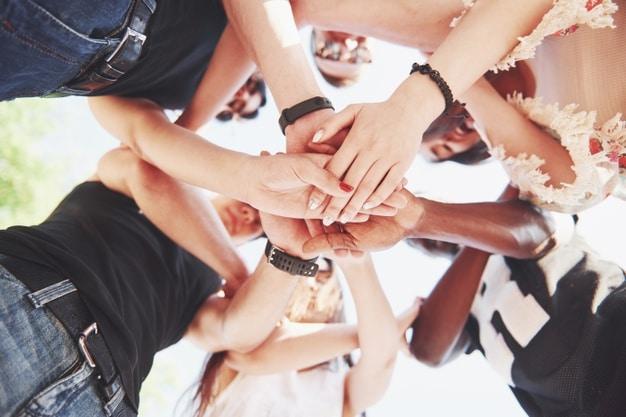 grupo personas apoyandose otros concepto amistad trabajo equipo 146671 18428
