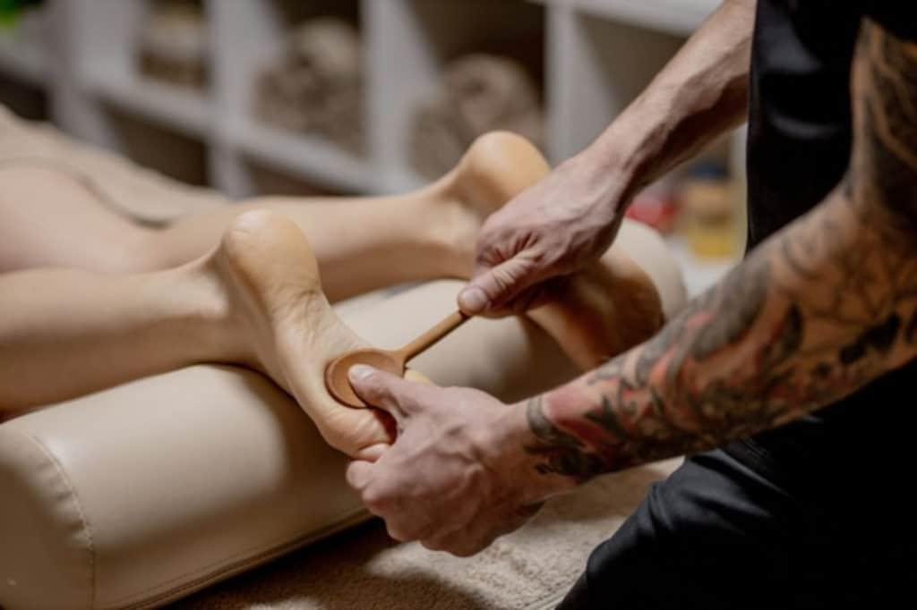 primer plano manos femeninas haciendo masaje pies mujer disfrutando masaje pies reflexologia spa bienestar 130265 6876