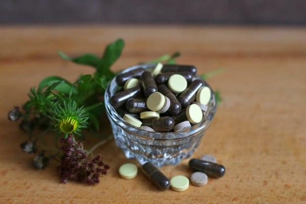 pastillas hierbas placa vidrio sobre fondo marron fitoterapia tratamiento base hierbas medicamentos naturales 153325 339