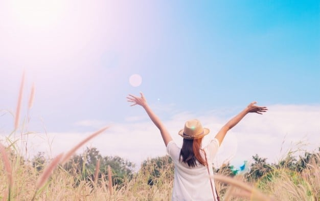 mujer viajero camara tenencia sombrero respiracion campo gramineas bosque wanderlust viaje concepto espacio texto atmosperic 1428 581